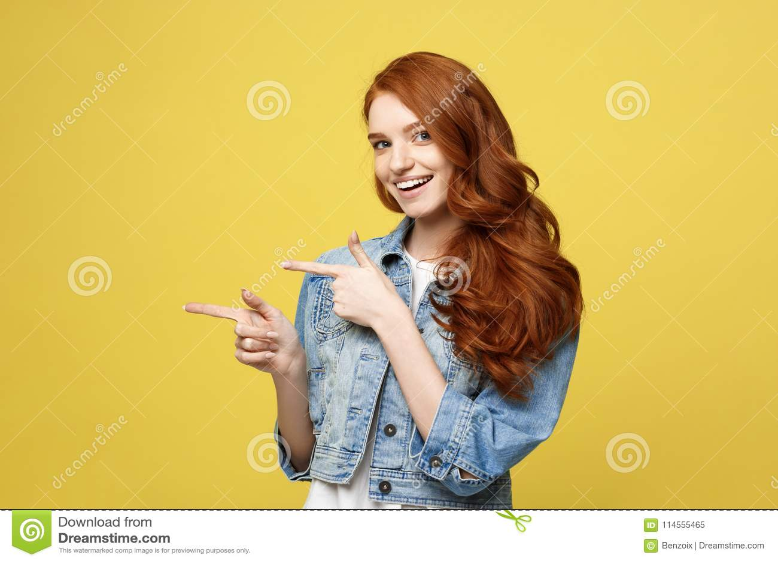 Livsstilbegrepp: Lycklig upphetsad cuacaisan turist- flicka som pekar fingret på kopieringsutrymme som isoleras på guld- guling