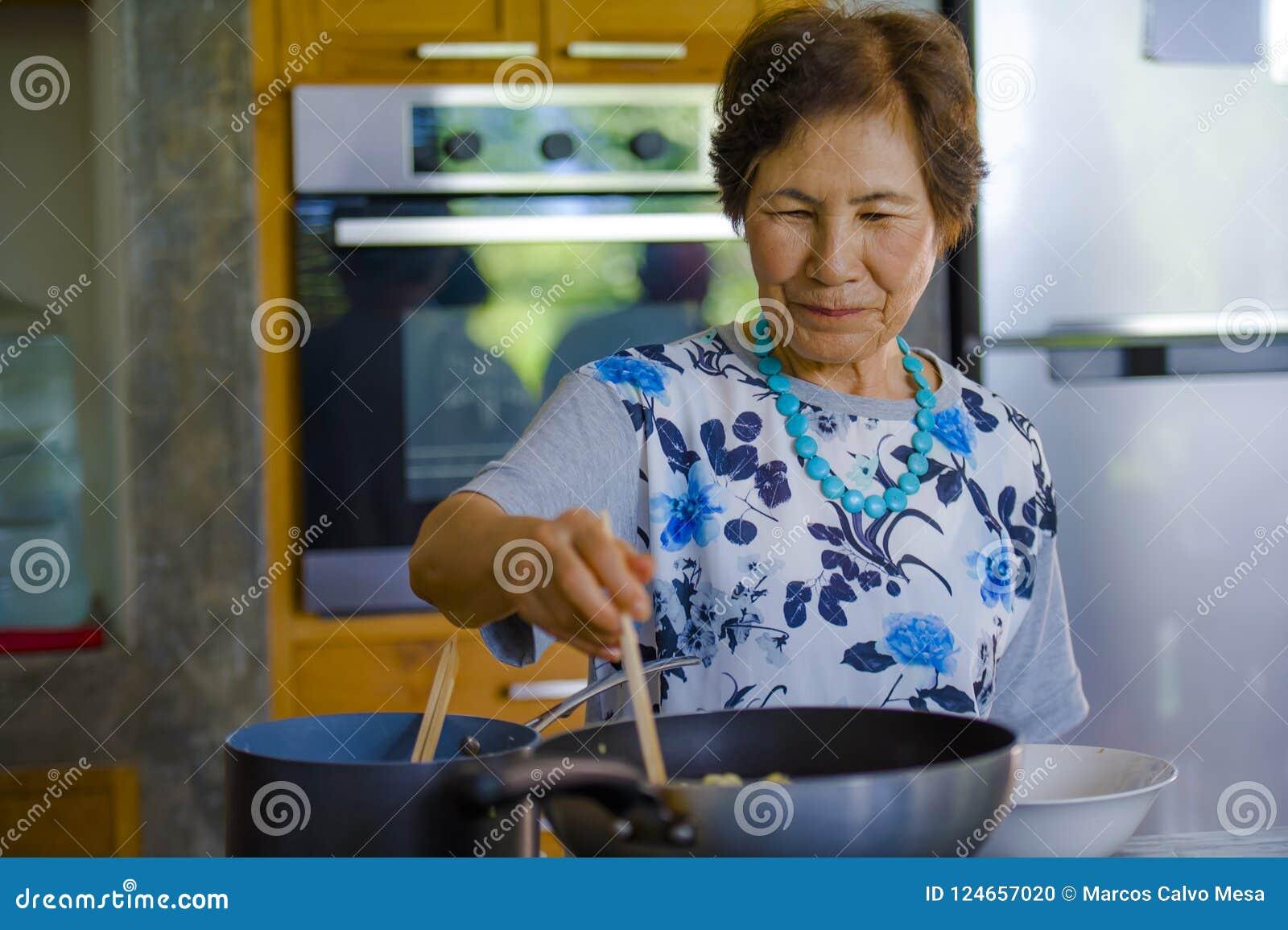 Livsstilståenden av hög lycklig och söt asiatisk japan avgick kvinnan som lagar mat rumsrent hemmastatt kök bara som var propert