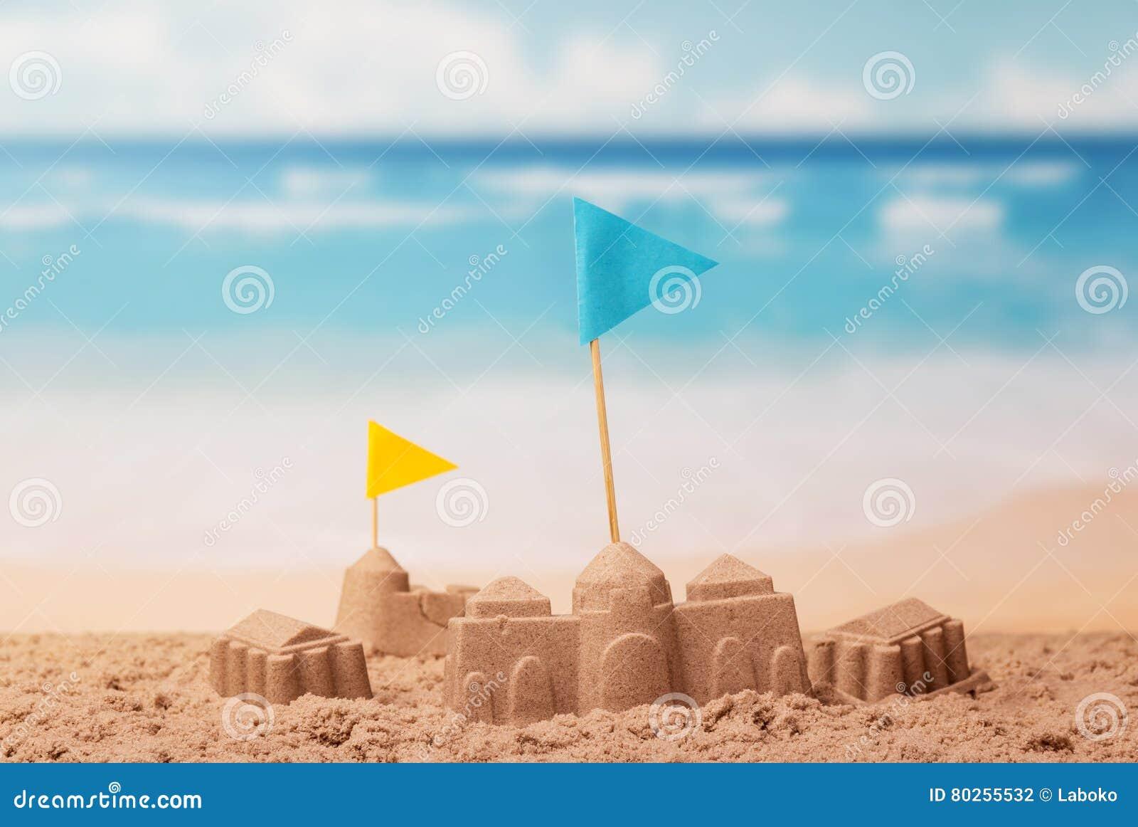 Lixe castelos e torres com as bandeiras no fundo do mar
