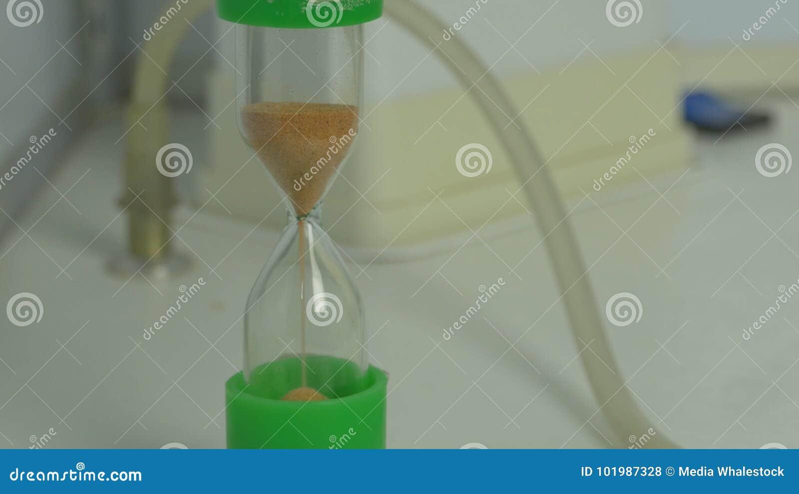 Lixe o corredor através dos bulbos de uma ampulheta que mede o tempo de passagem em uma contagem regressiva a um fim do prazo hou