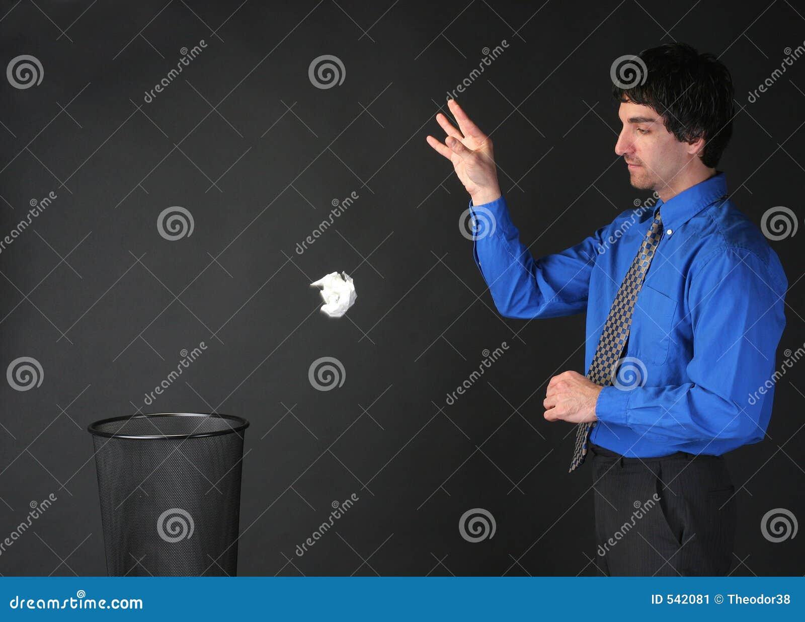 Lixo de jogo do homem de negócios