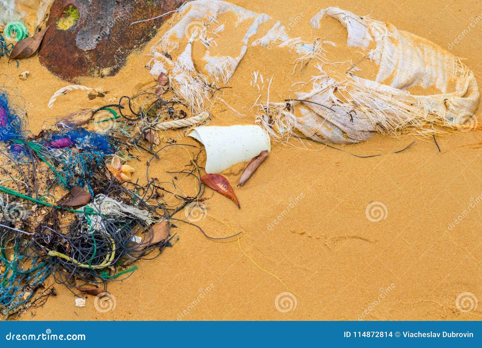Lixo na praia da areia Lixo no litoral Problema ecológico Plástico no mar