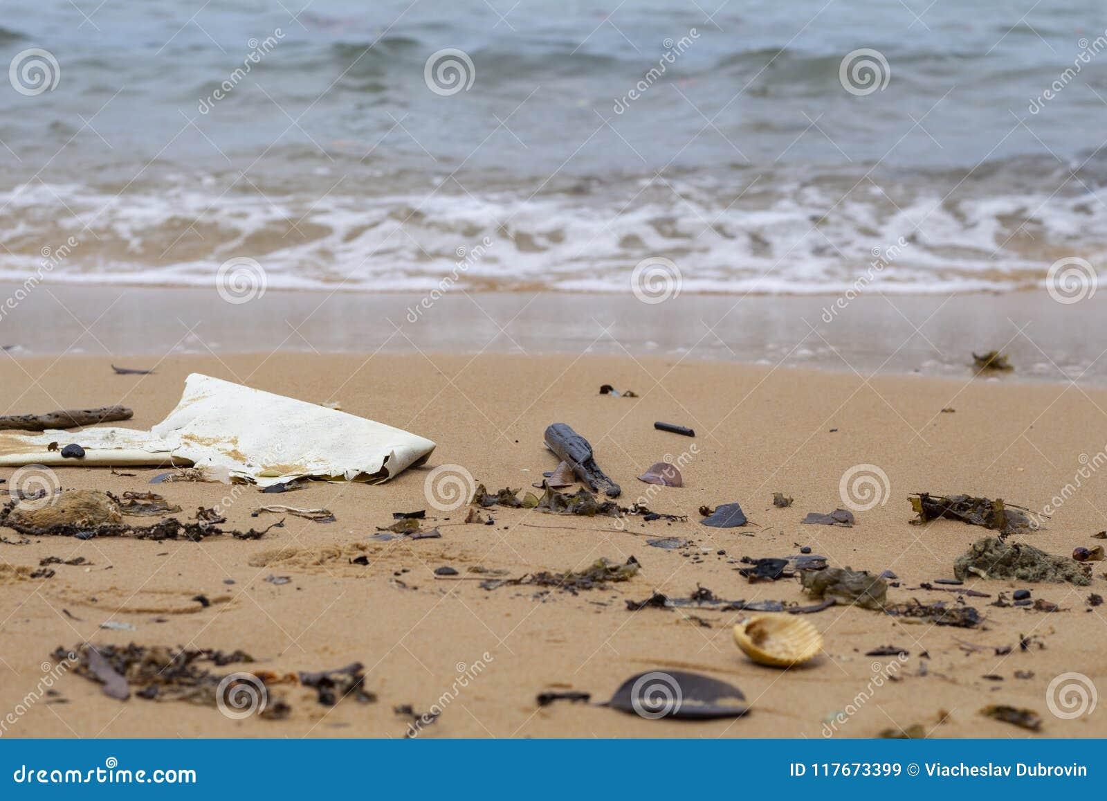 Lixo no litoral Lixo na praia da areia Desastre ecológico no mar Plástico na costa de mar