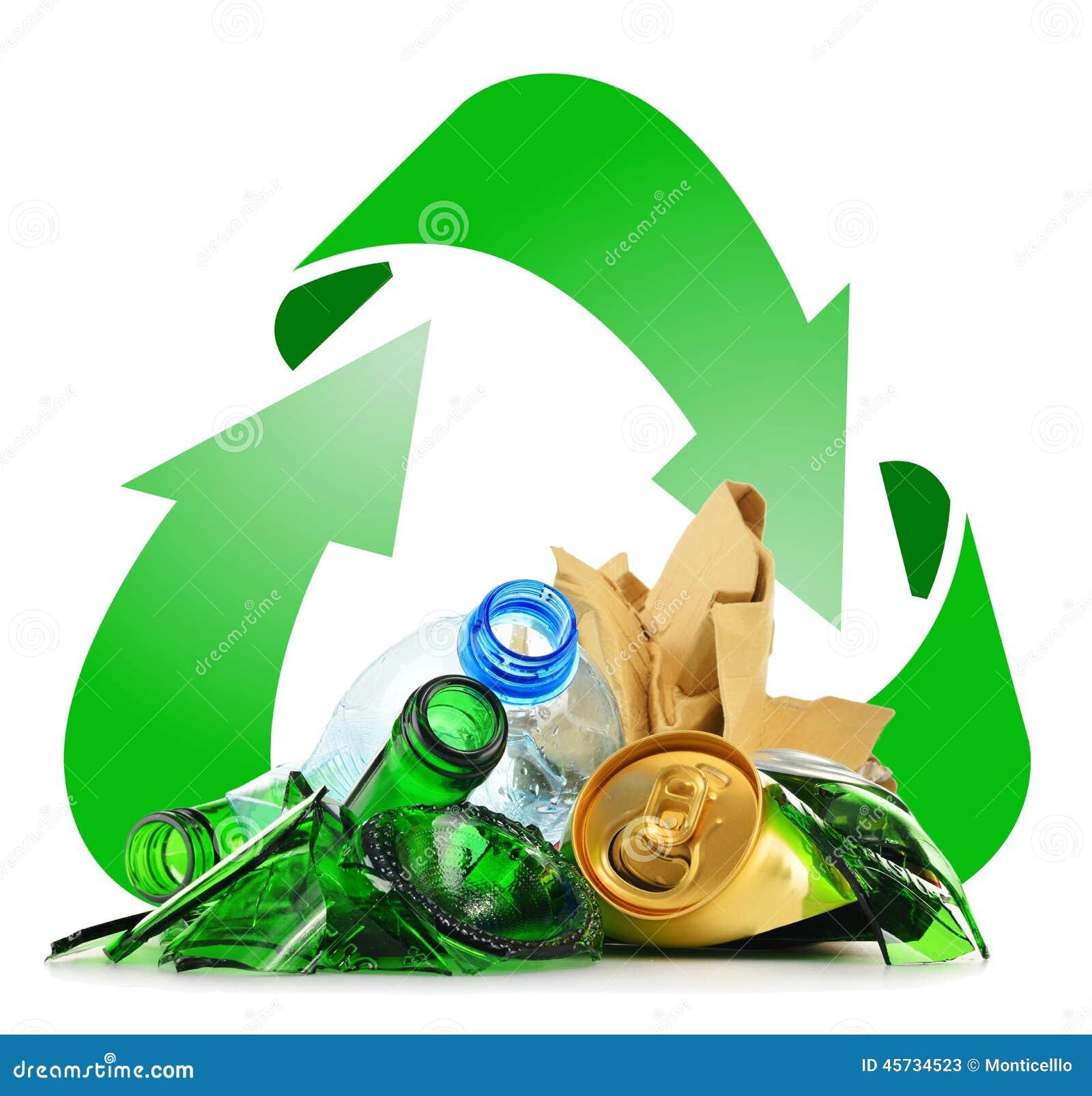 Lixo reciclável que consiste no metal e no papel plásticos de vidro