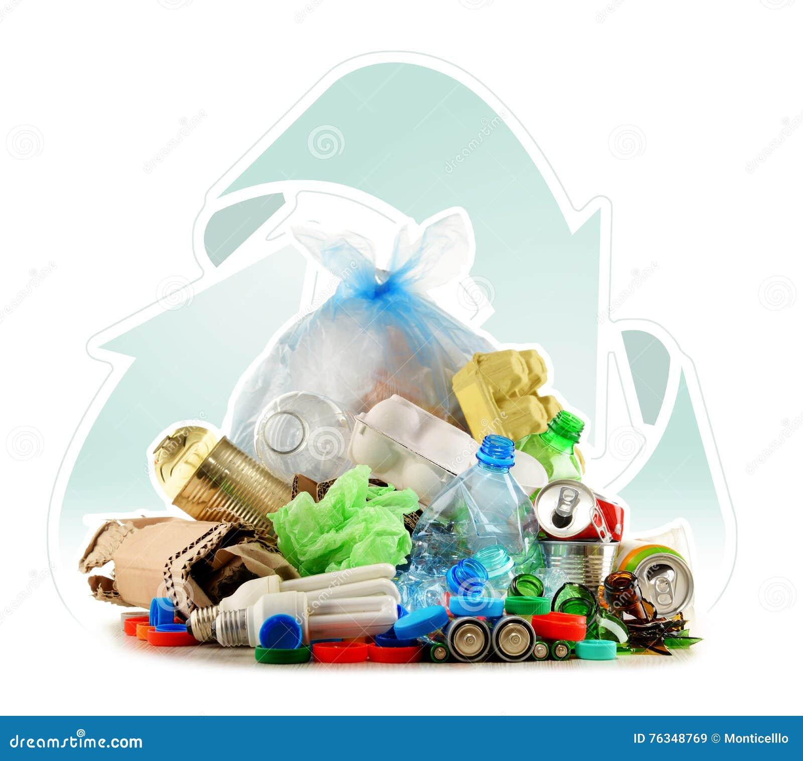 Lixo reciclável que consiste no vidro, no plástico, no metal e no papel