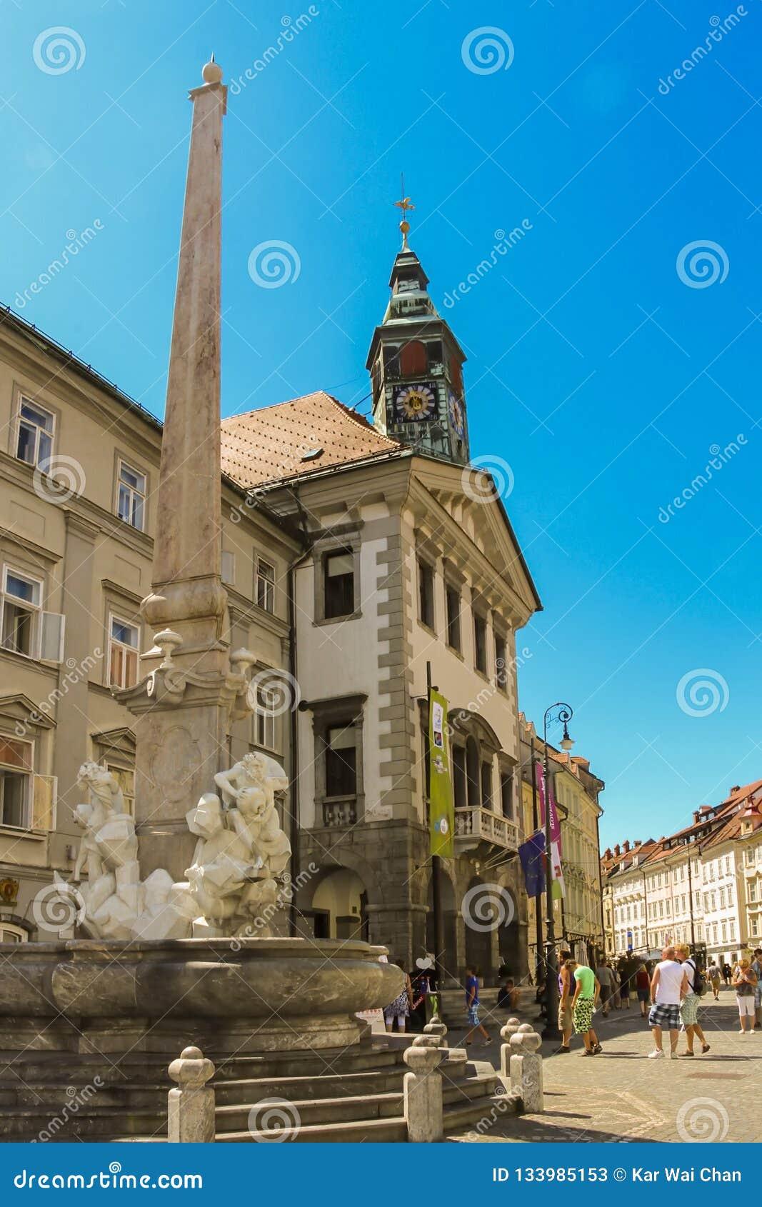 Ljubljana, Slovenië - 2013: Robbafontein als Fontein van de Drie Carniolan-Rivieren ook wordt bekend die