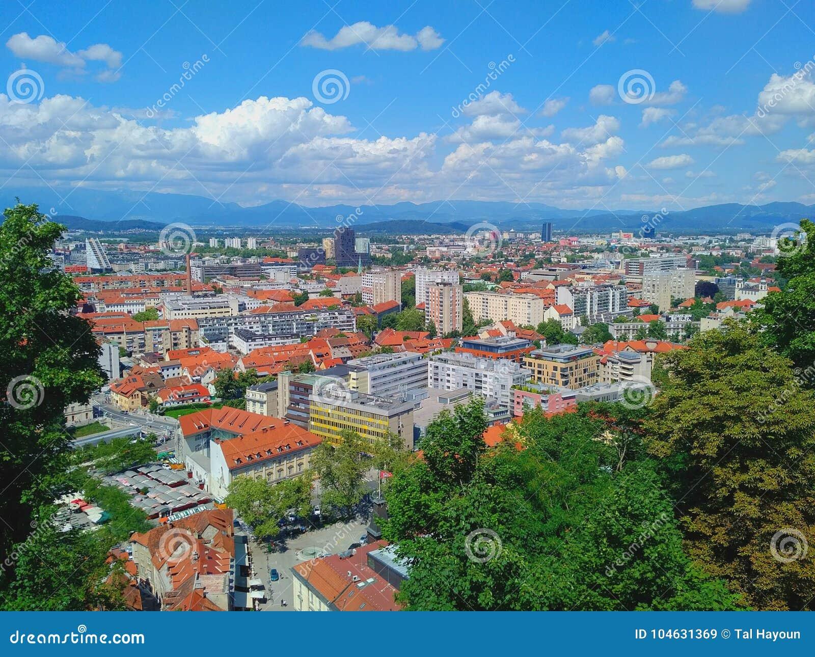 Download Ljubljana, Slovenië - Stadsmening Van Hierboven Redactionele Stock Afbeelding - Afbeelding bestaande uit avontuur, hierboven: 104631369