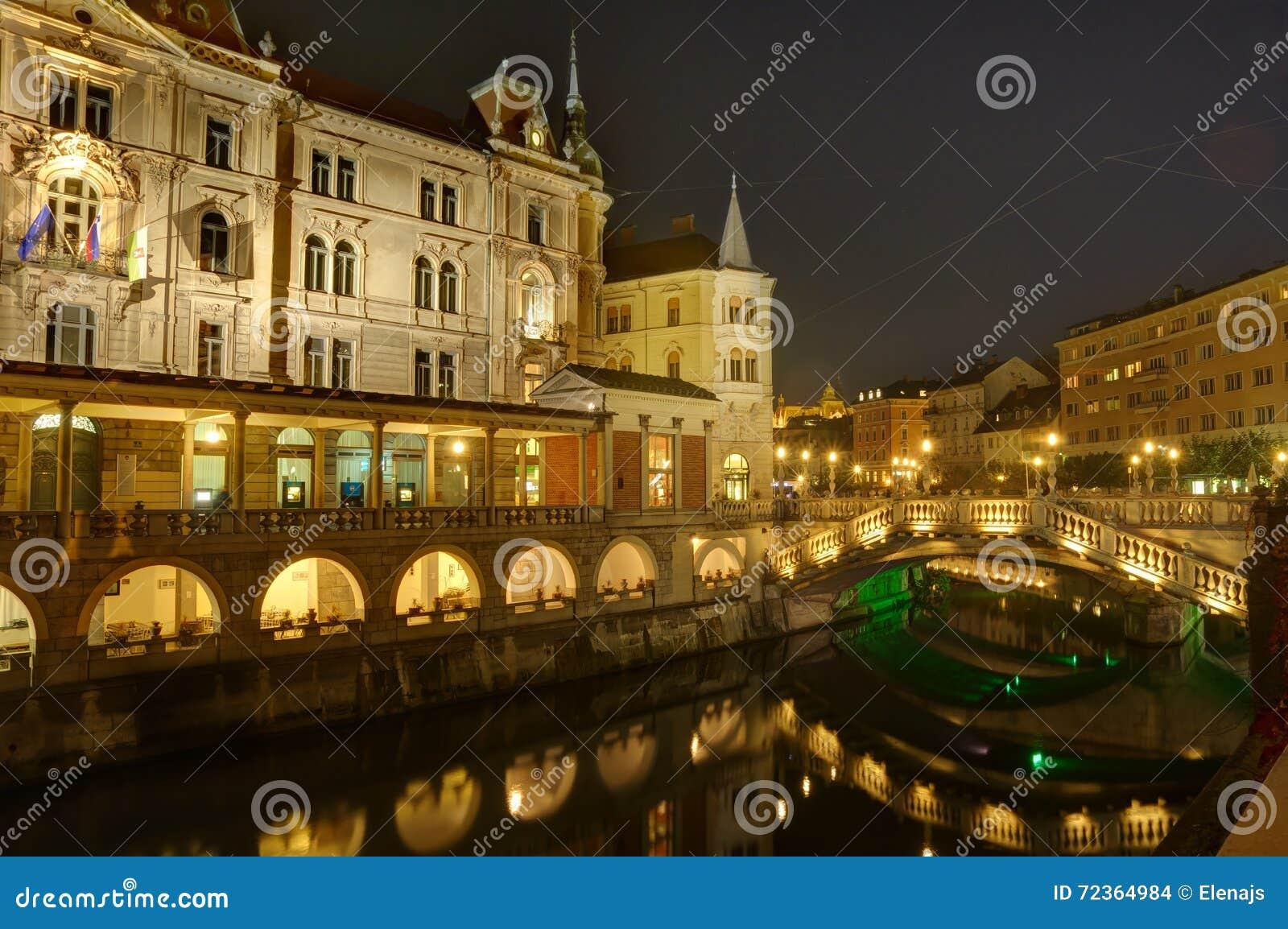 斯洛文尼亚,卢布尔雅那在夜之前-在河Ljubljanica的三倍桥梁