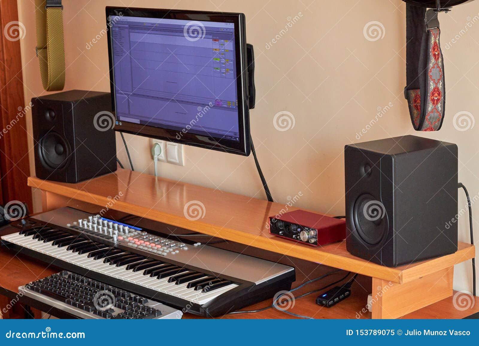 Ljudsignal hem- studio som utrustas med det midi tangentbordet, bildskärmar och det solida kortet