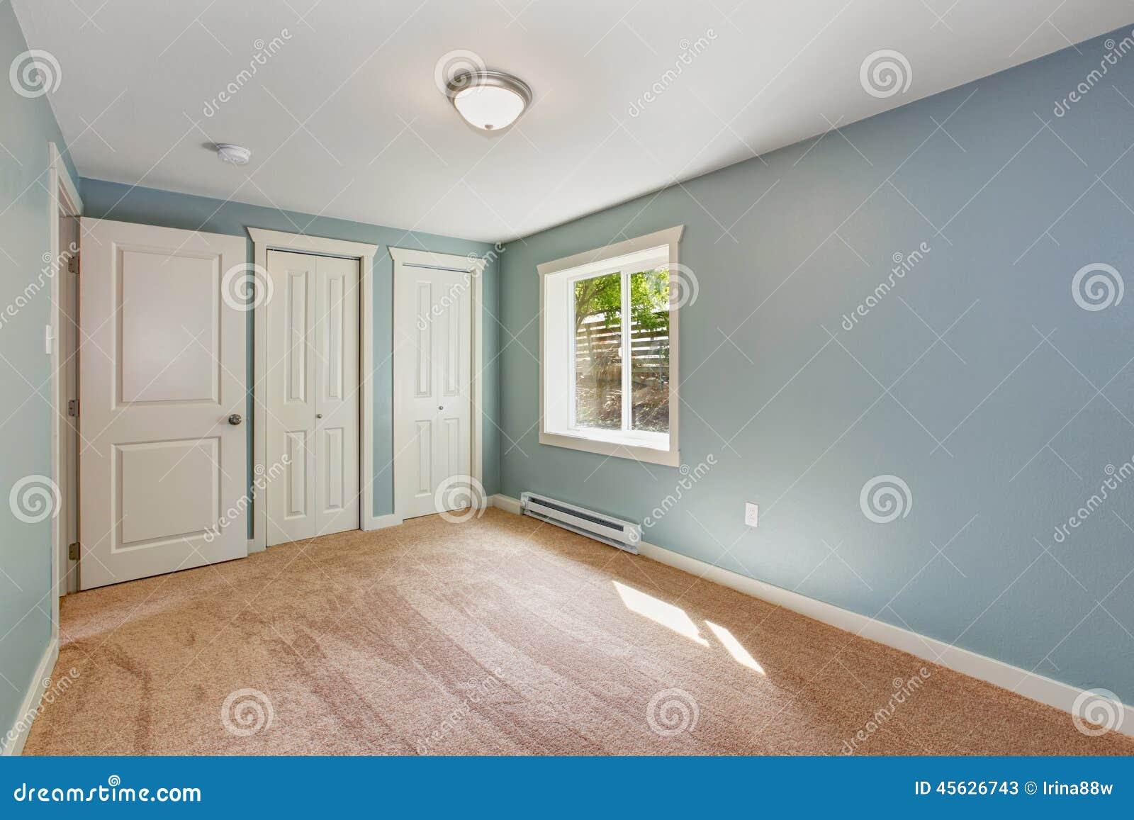 Enkelt sovrum med ljus   blåa väggar arkivfoto   bild: 45737101
