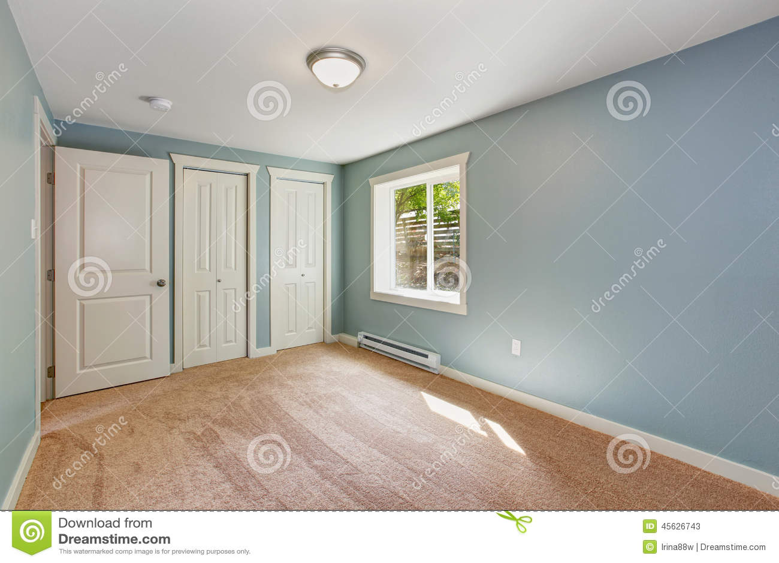 Litet ljus   blått sovrum i tomt hus arkivfoto   bild: 45626740