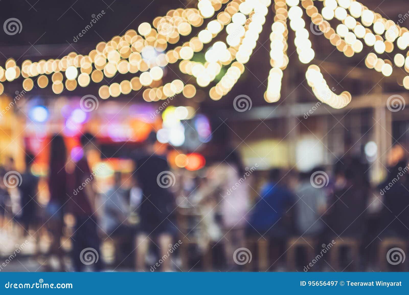 Ljus för bakgrund för folk för festivalhändelseparti utomhus- suddiga
