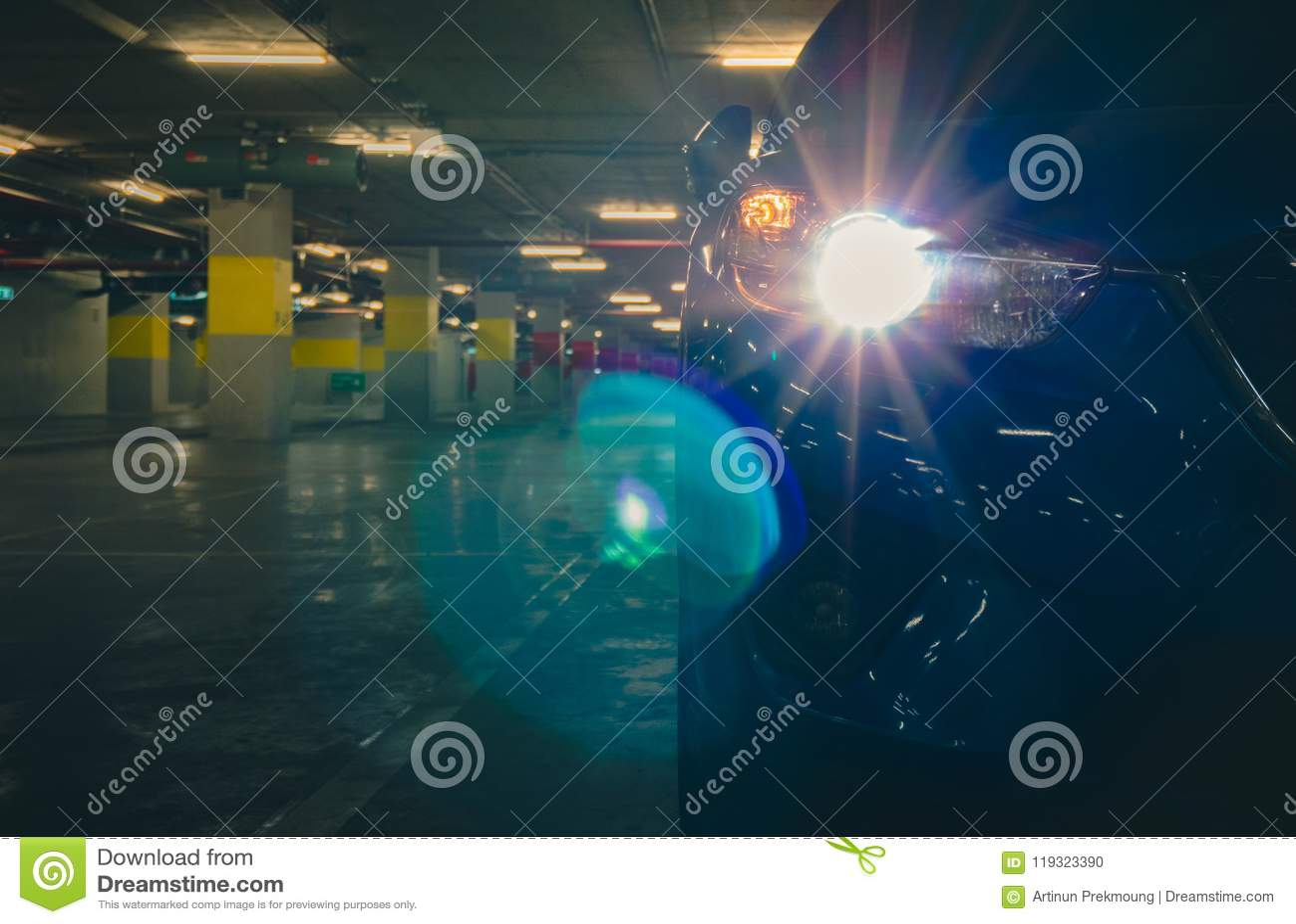 Ljus för billykta för SUV bil öppet och parkerat på underjordisk bilparkering av shopping Parkeringsplats av shoppinggallerian i