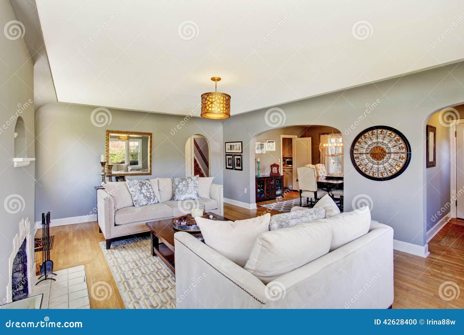 Ljus   grå vardagsrum med vita soffor arkivfoto   bild: 42628347