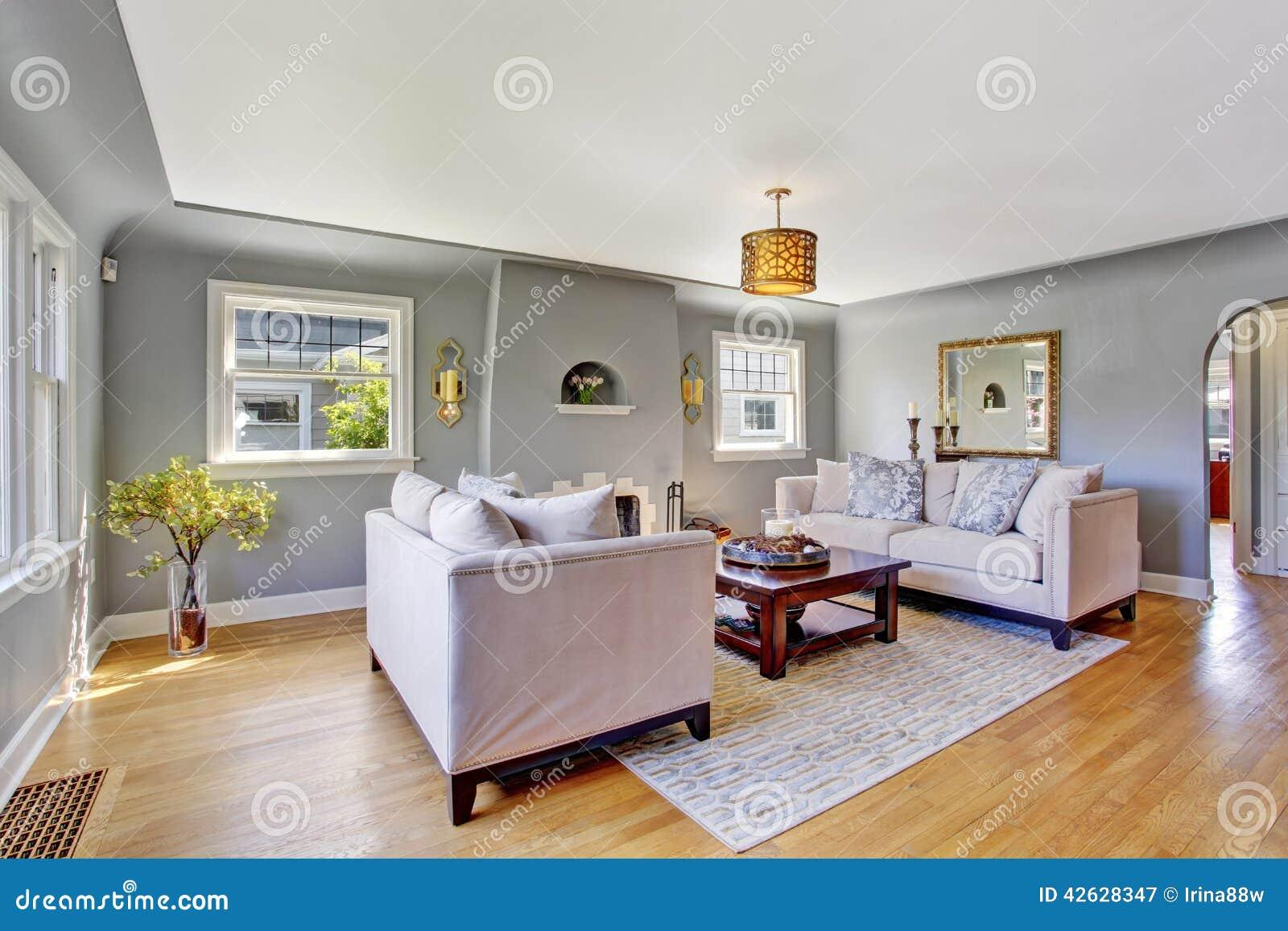 Vit vardagsrum med gråa soffor arkivfoto   bild: 47303181