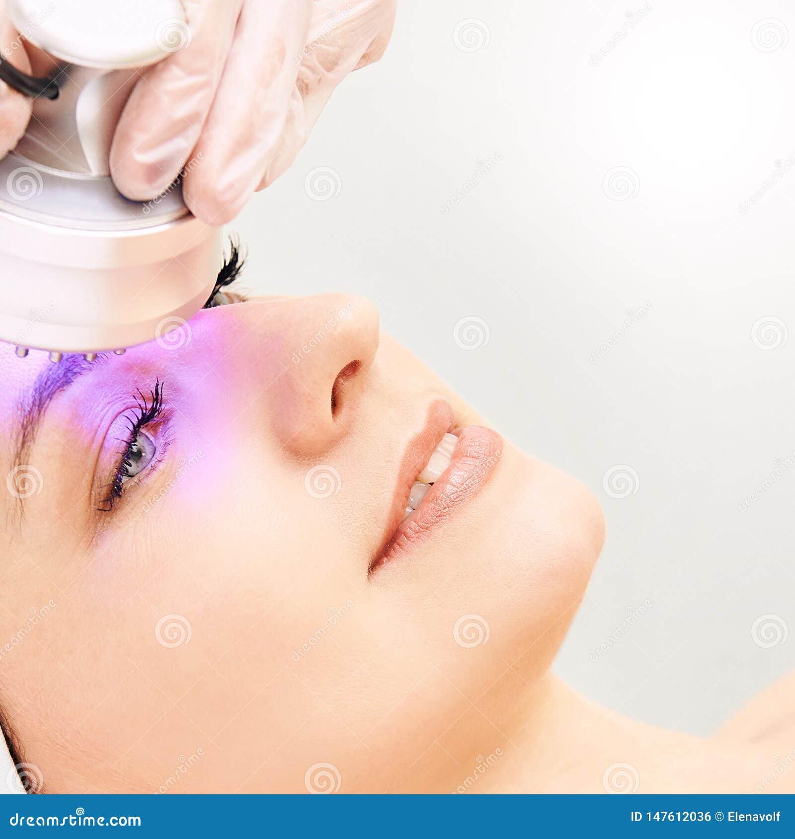 Ljus infrar?d terapi Cosmetologyhuvudtillv?gag?ngss?tt kvinna f?r smink f?r sk?nhetframsidamode Kosmetisk salongapparat Ansikts-