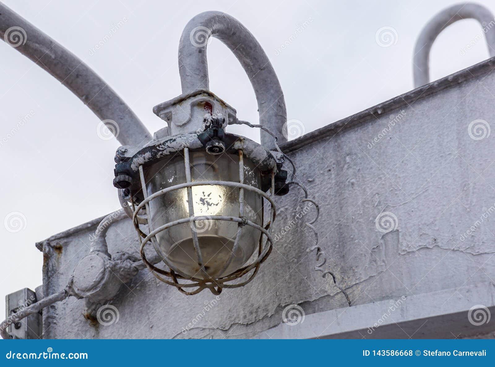 Ljus kula för fiskeri som fiskar lampan på fiskebåten