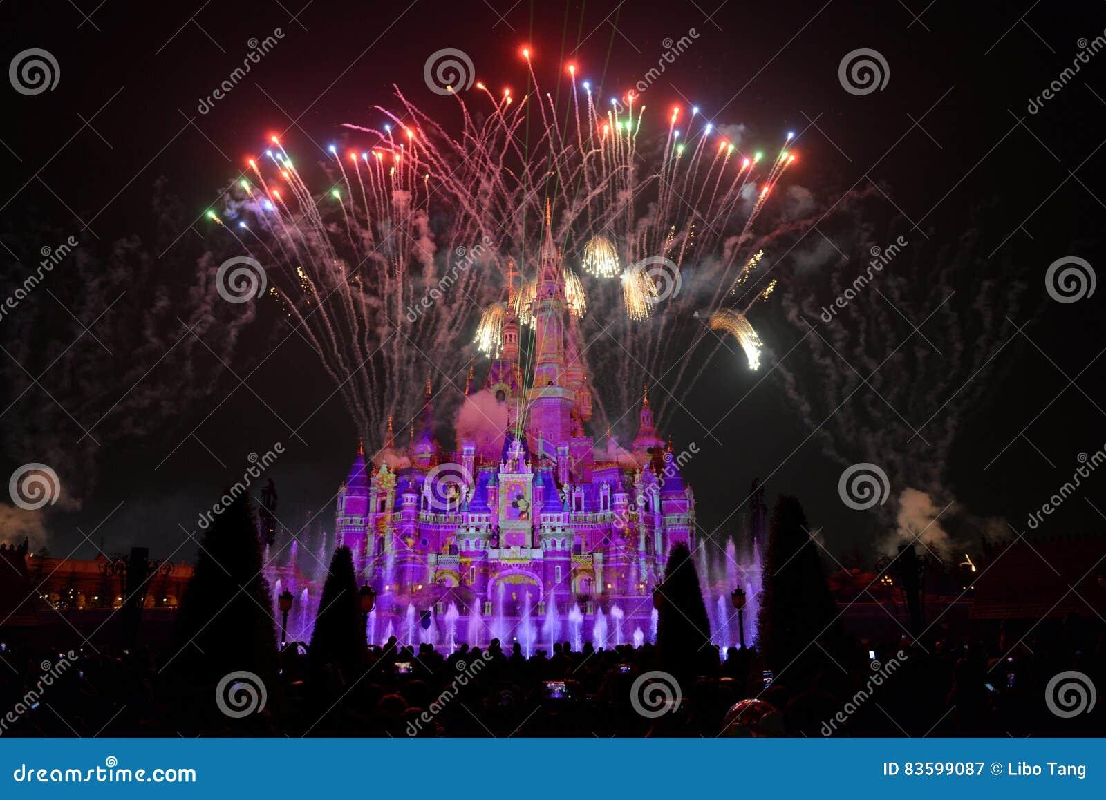 Ljus- och fyrverkerishow i Shanghai disneyland