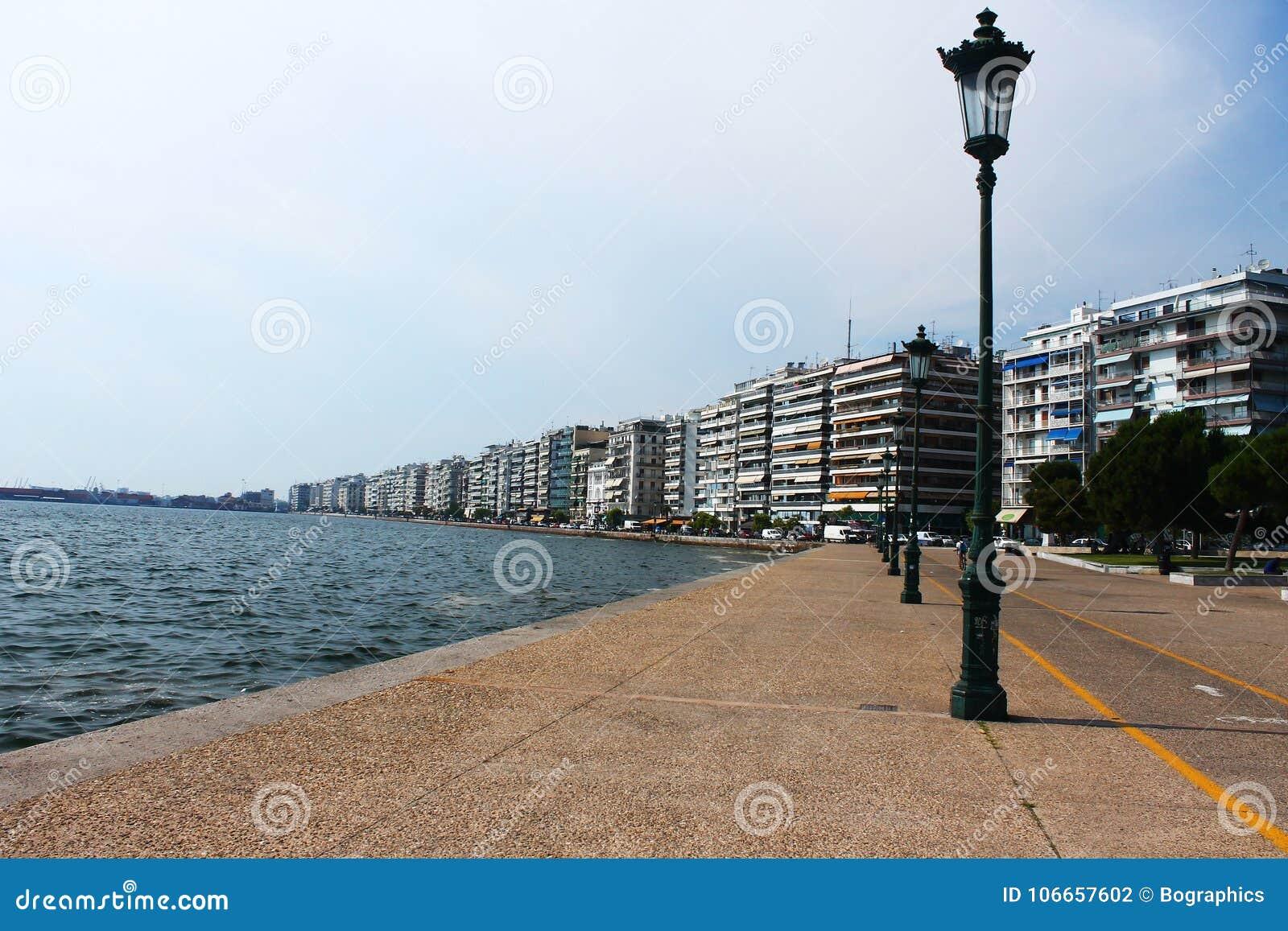 Ljus pol för gata på sjösidan av Thessaloniki
