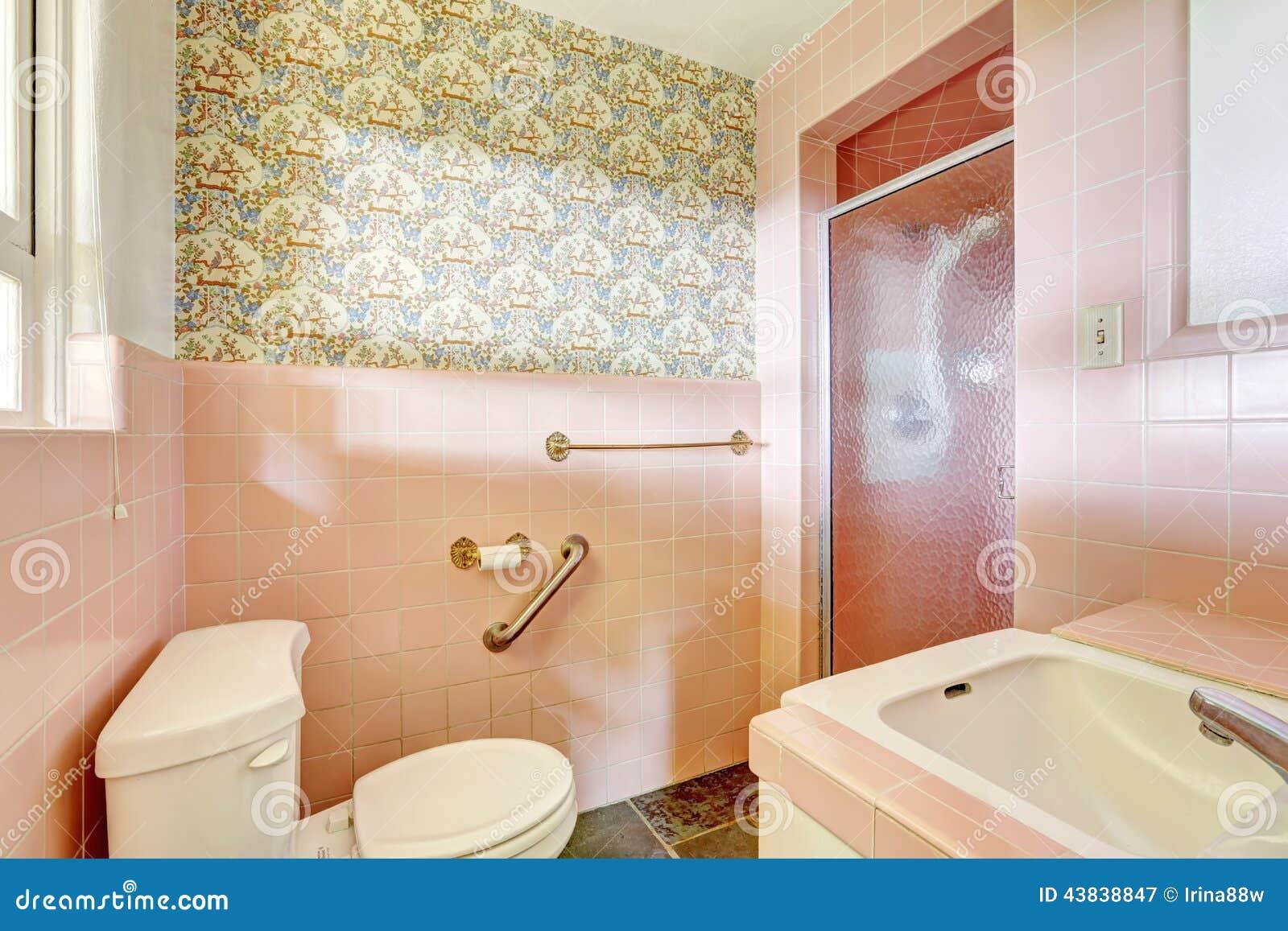 Enkelt Rosa Badrum I Gammal Lägenhet Arkivfoto - Bild: 60872366