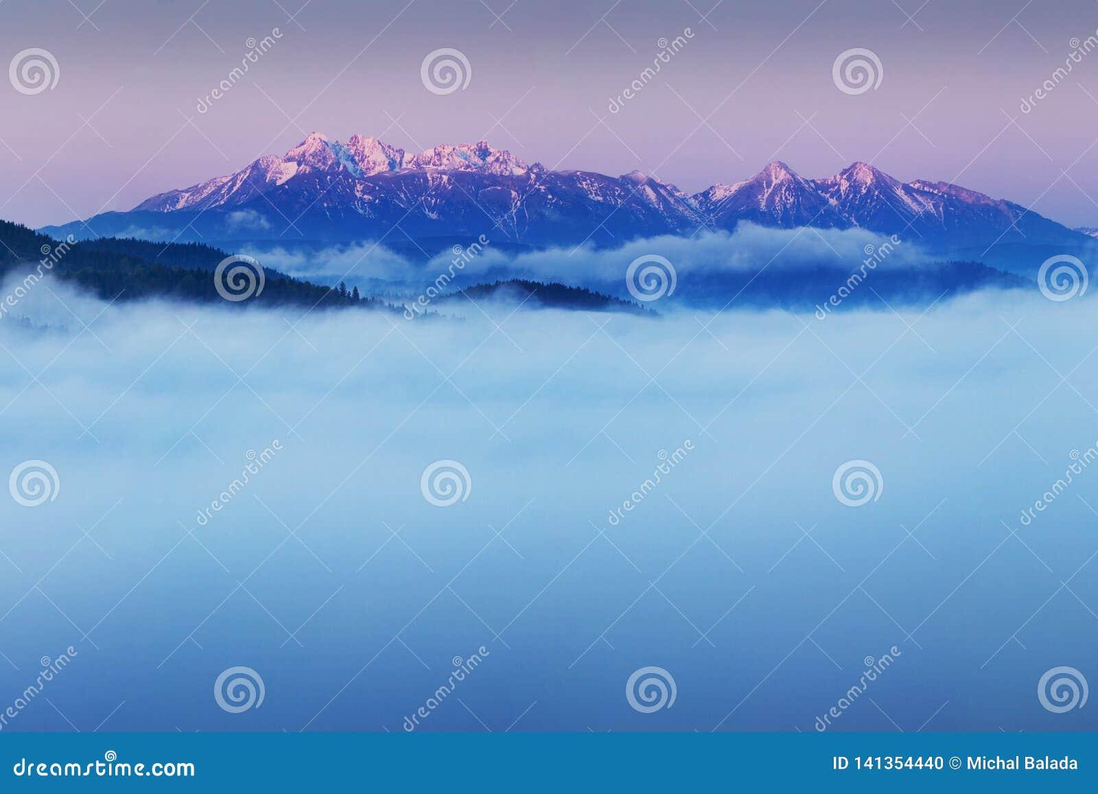 Ljus rullande bygd i aftonljuset Pittoresk dag och ursnygg plats i vårtid Carpathian berg, Slovakien