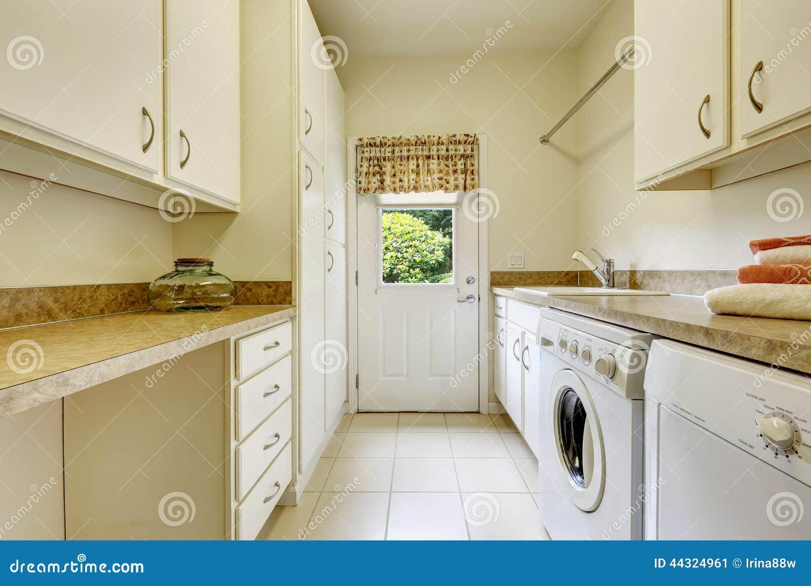 Lyxig Tvättstuga Med Wood Skåp. Arkivbilder - Bild: 28020644
