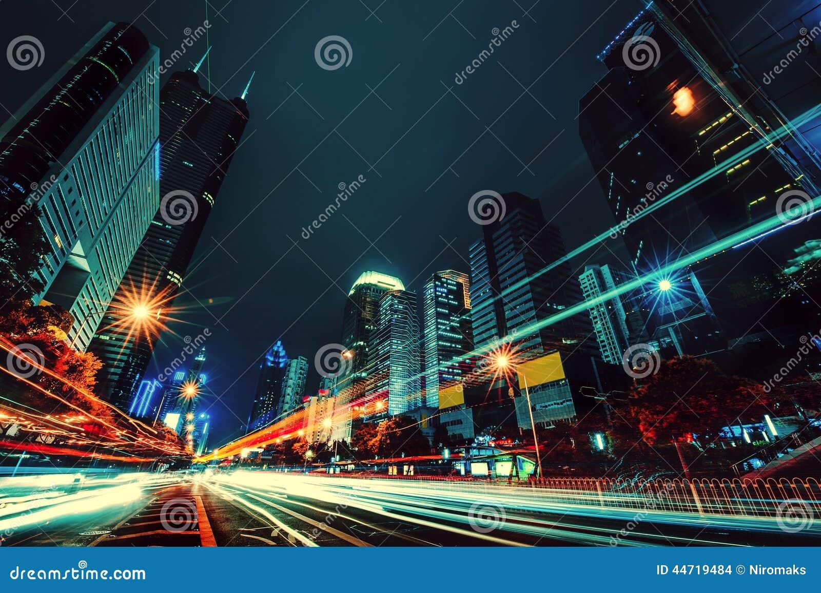 Ljuset skuggar på den moderna byggnadsbakgrunden i det shenzhen porslinet