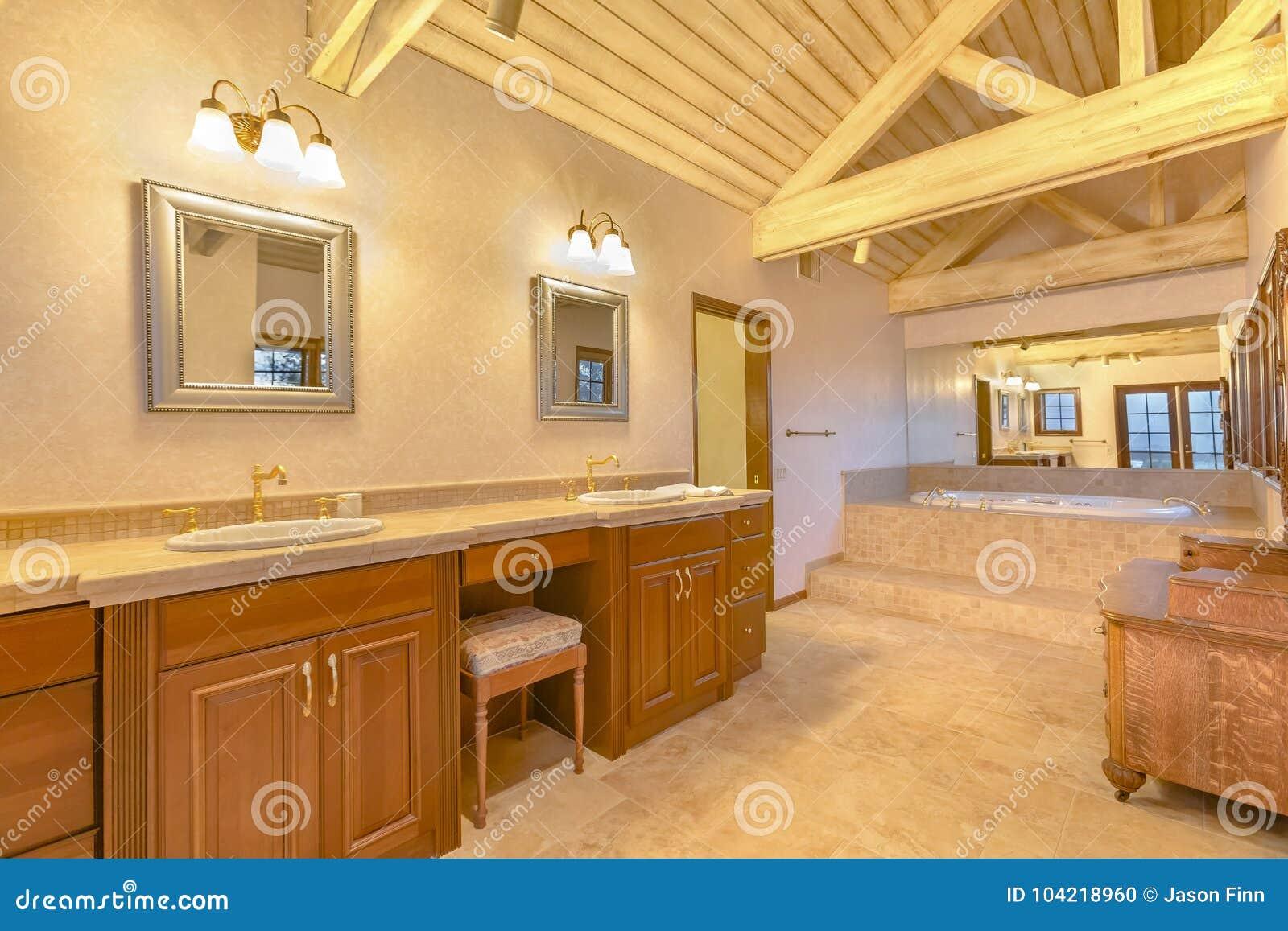 Ljust, öppet och varmt ledar- badrum med välvde tak och
