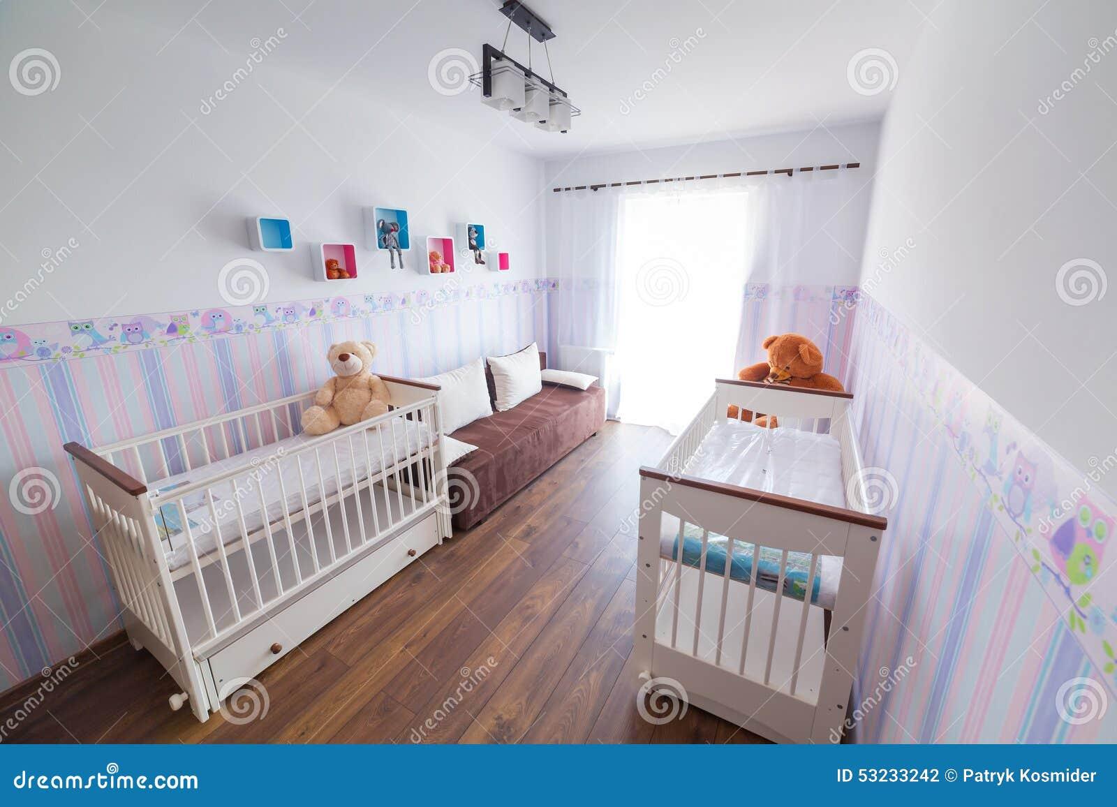 Ljust behandla som ett barn rum med vita vaggor arkivfoto   bild ...