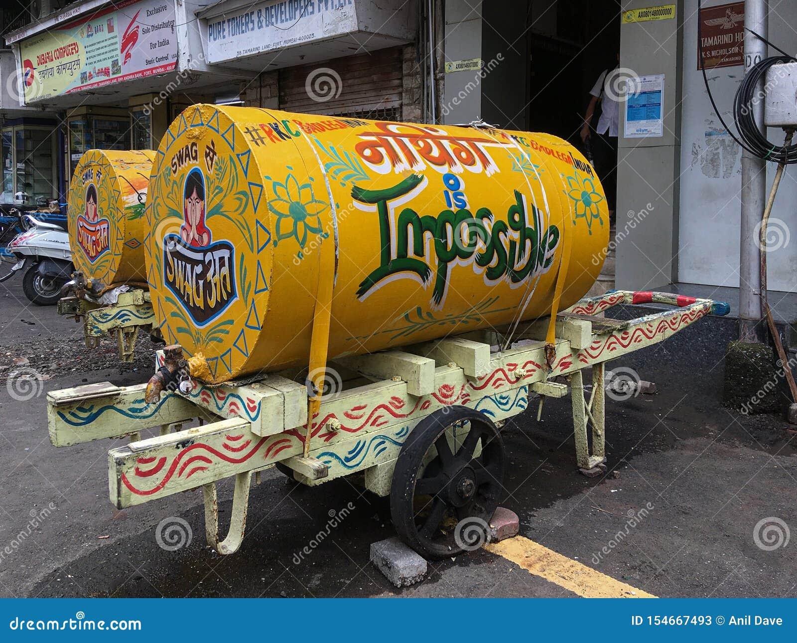 Ljust målad handvagn av vatten att leverera vatten till hem & kontorsfortet Mumbai