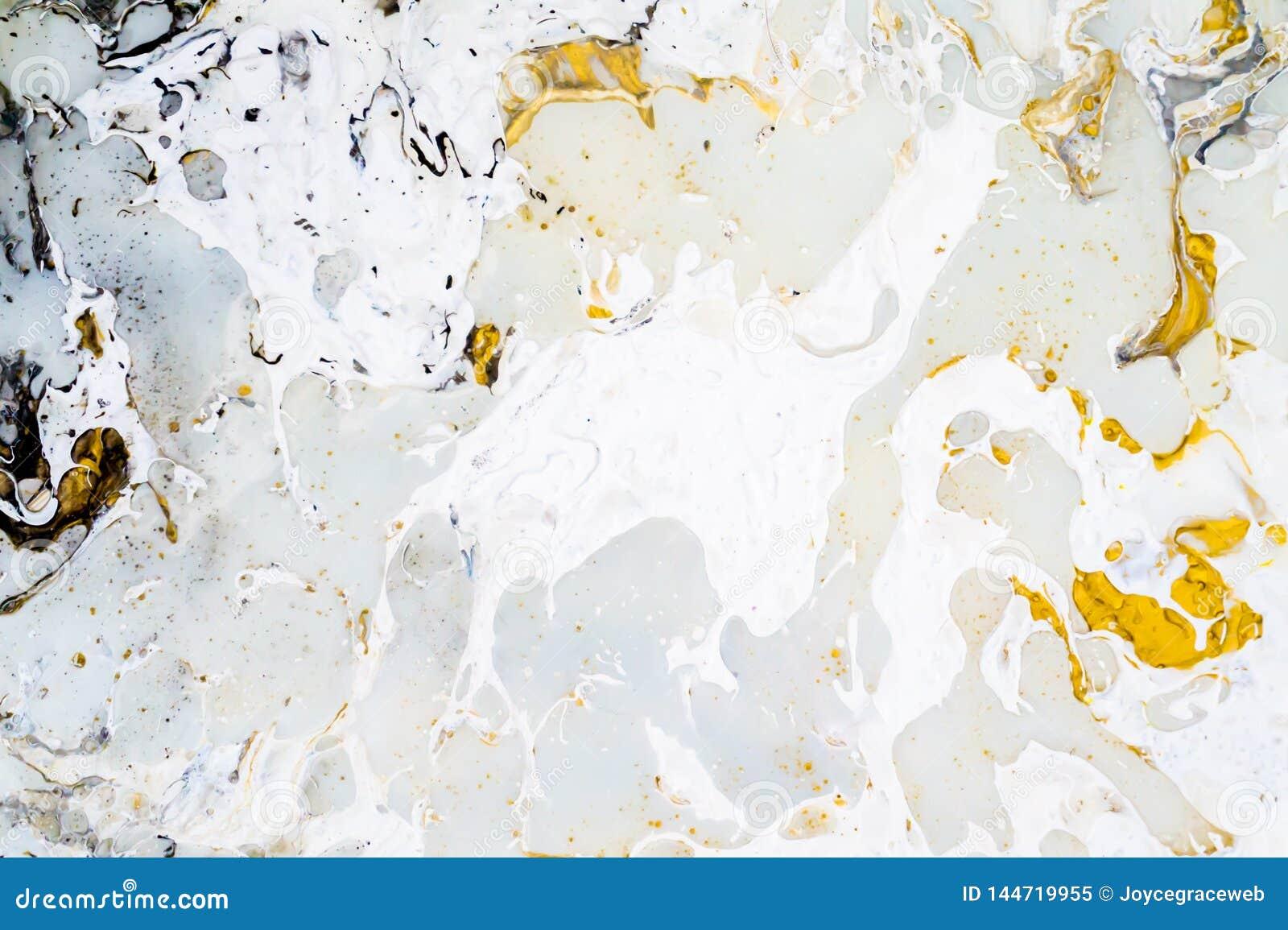 Ljust marmorera bakgrundstextur med guld-, svarta, gråa och vita färger, genom att använda akryl som häller medelkonstteknik