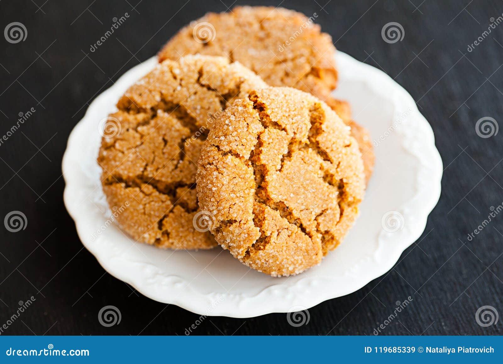 Ljust rödbrun kakor för honung på en svart bakgrund