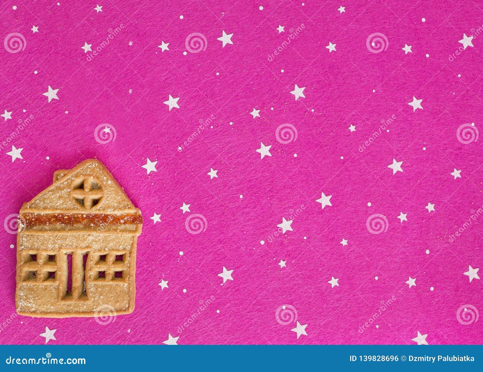 Ljust rödbrun kakor för jul som ligger på en rosa bakgrund