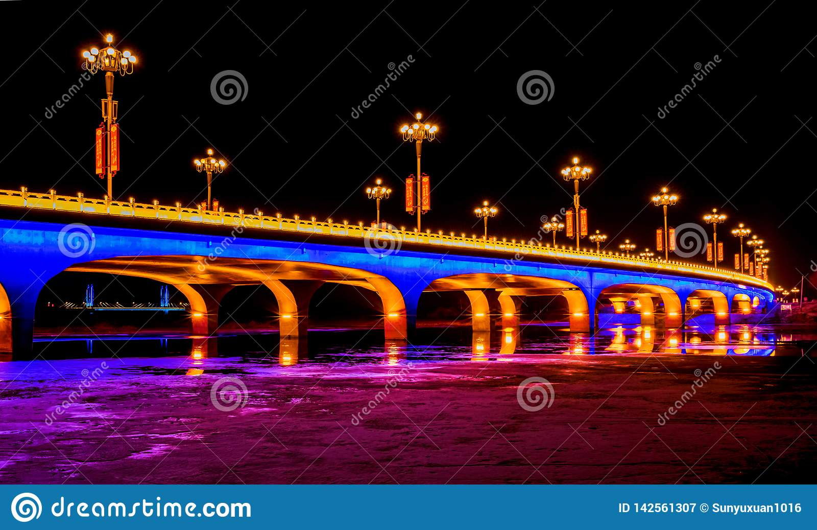 Ljust tänd bro på natten