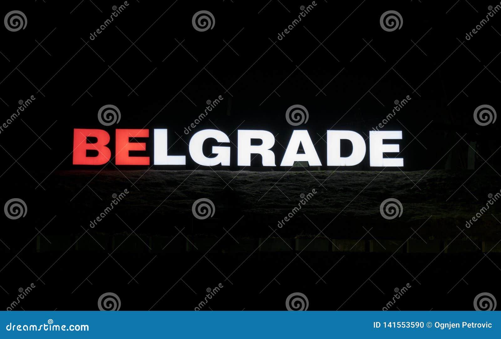 Ljust tecken Belgrade på Ada Lake som fotograferas på natten