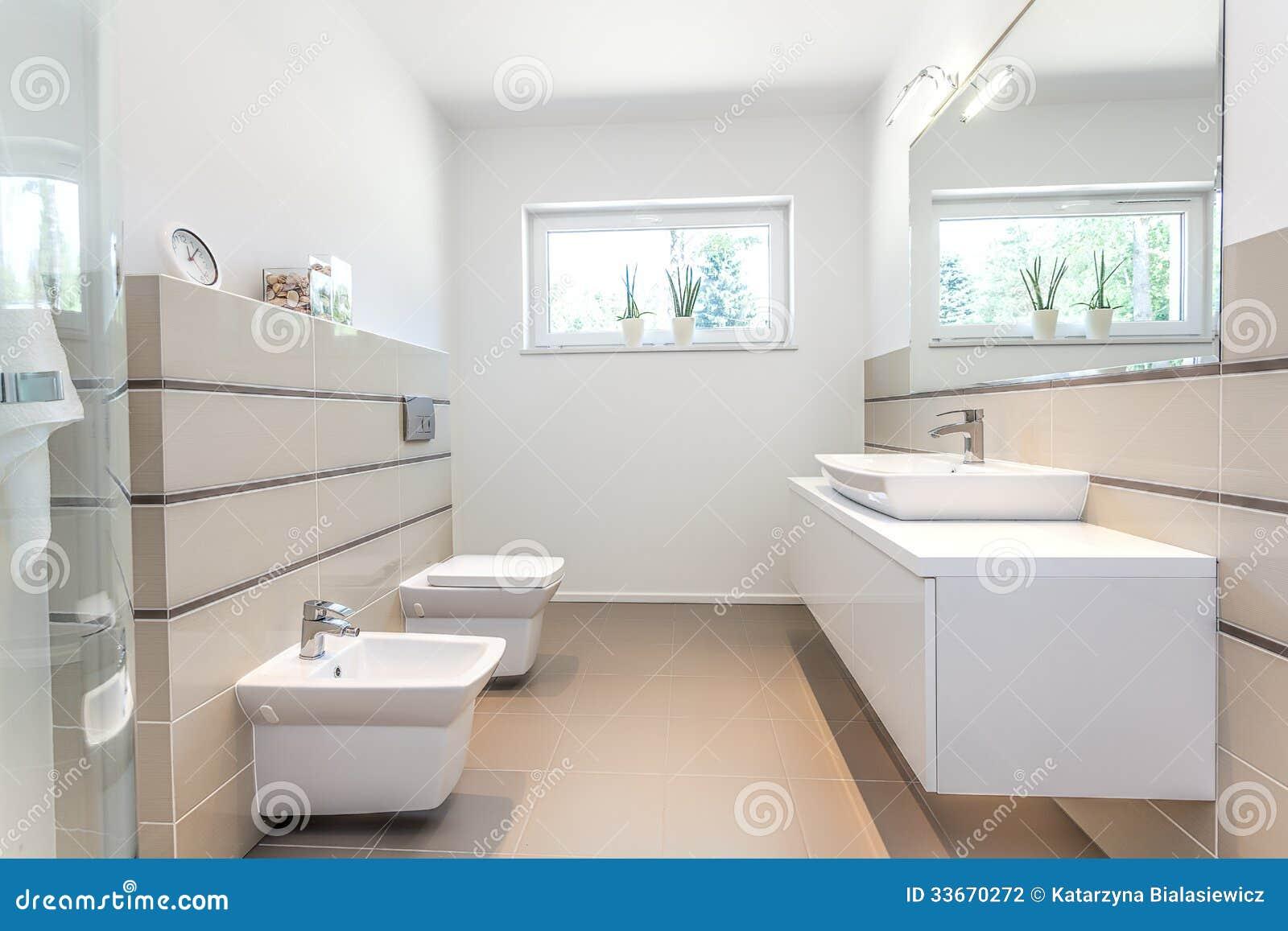 Ljust utrymme   vitt badrum arkivbild   bild: 33670272