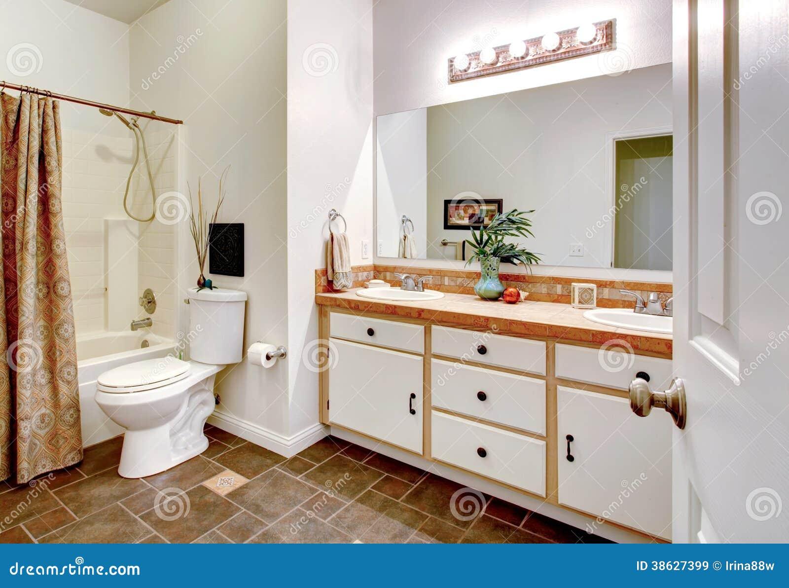 Ljust vitt badrum. royaltyfria bilder   bild: 38627399