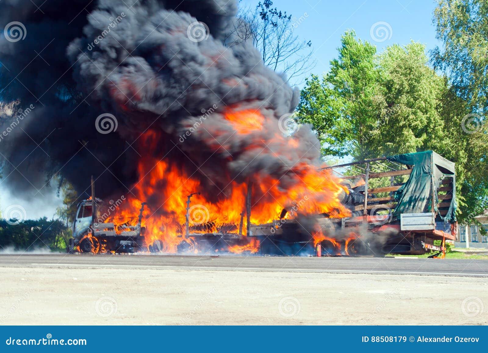 LKW im Feuer mit schwarzem Rauche auf der Straße