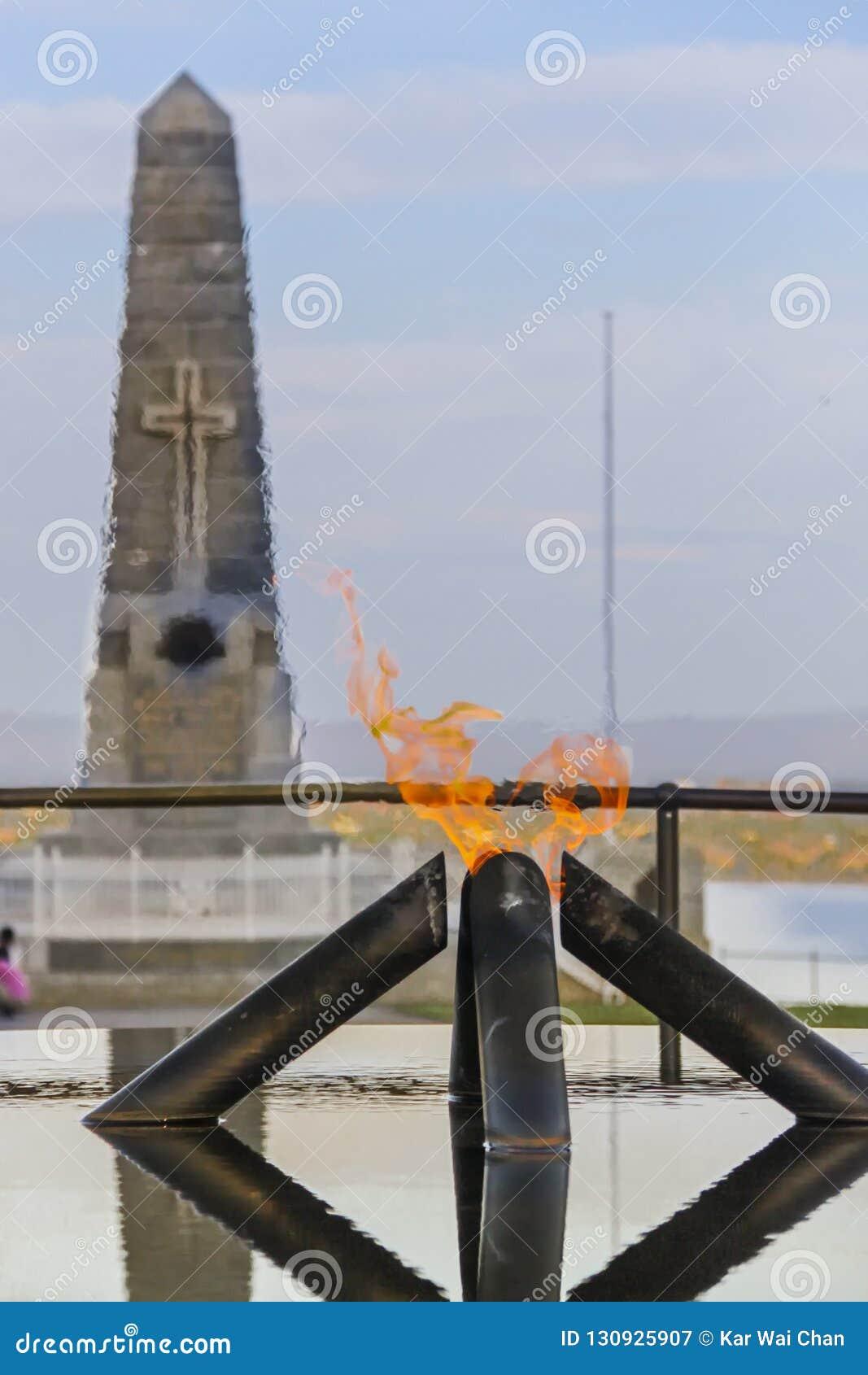 Llama de la conmemoración y piscina de la reflexión en reyes Park, Perth