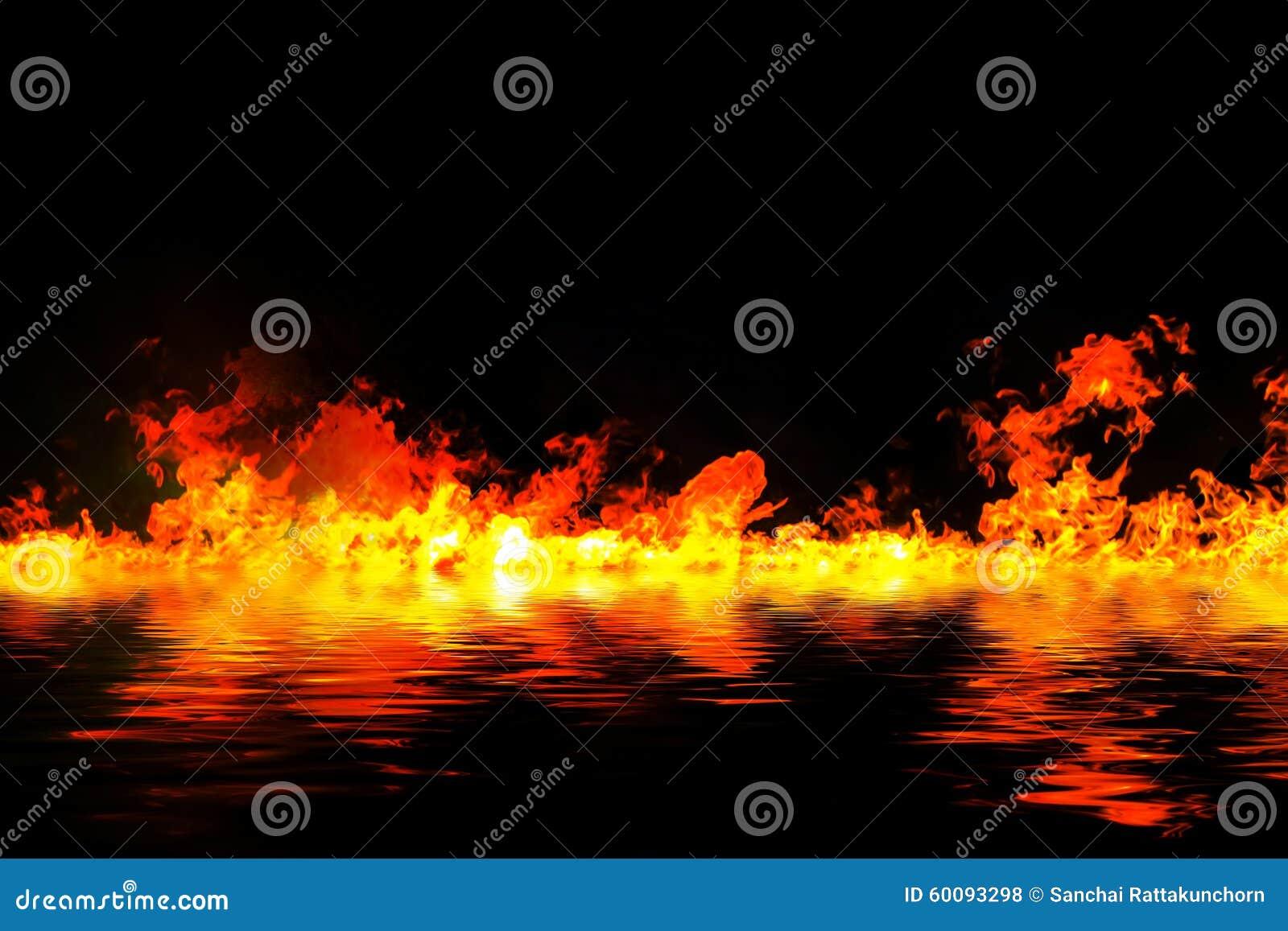Llamas impresionantes del fuego con la reflexión del agua