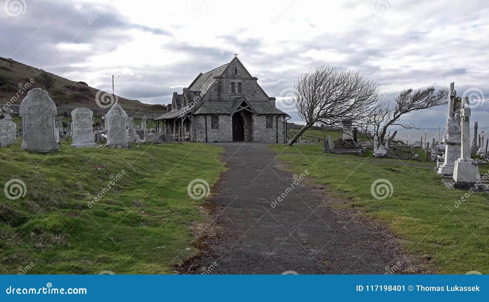 Llandudno, Pays de Galles, R-U - 22 avril 2018 : Église et cimetière du ` s de St Tudno sur le grand Orme chez Llandudno, Pays de