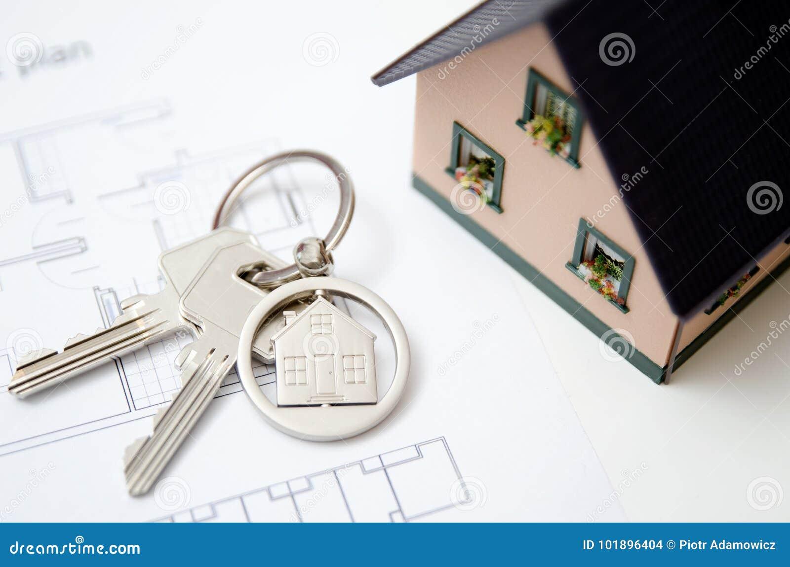 Llave de la casa en un colgante formado casa
