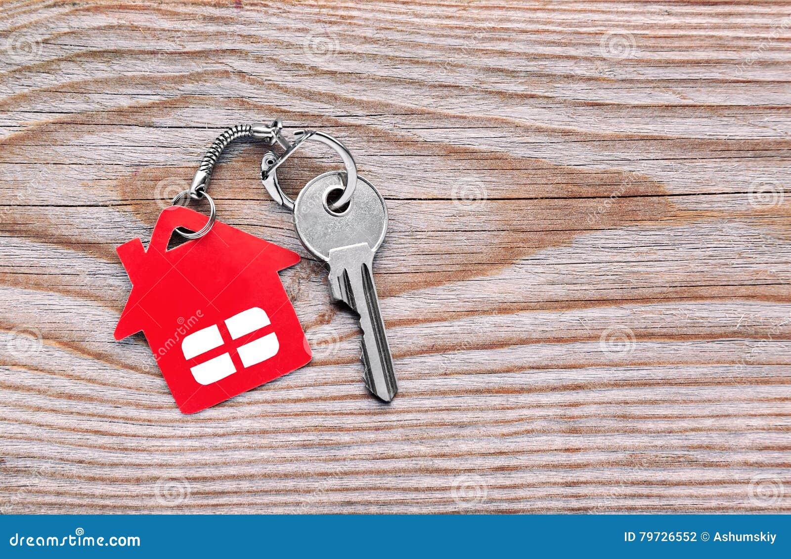 Llave de plata con la figura roja de la casa