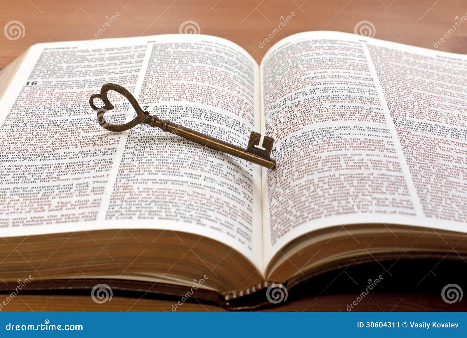 Llave en la p gina de la biblia imagen de archivo imagen - La llave del hogar ...