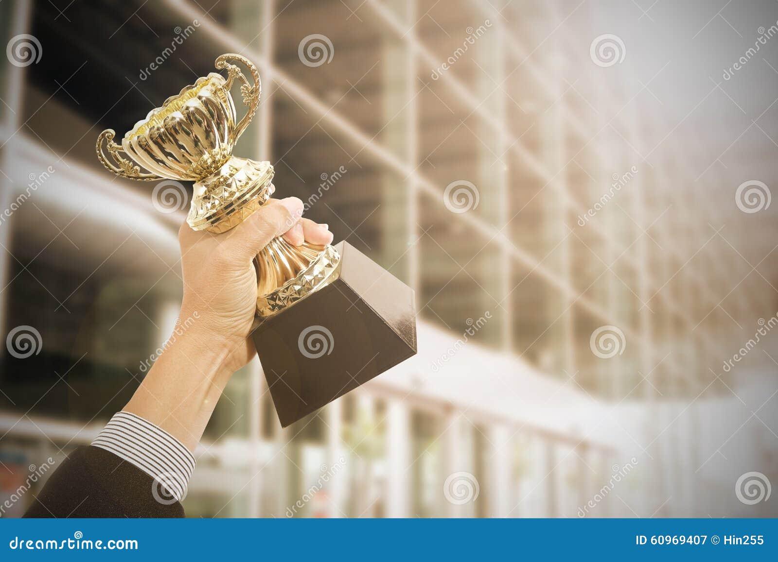 Llevar a cabo premios del trofeo después de acertado