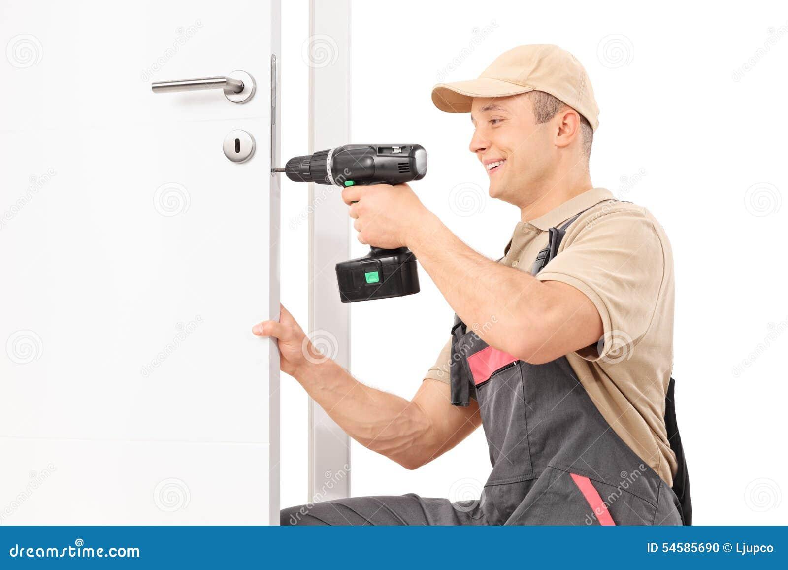 Llocksmith śrubuje śrubę na kędziorku drzwi