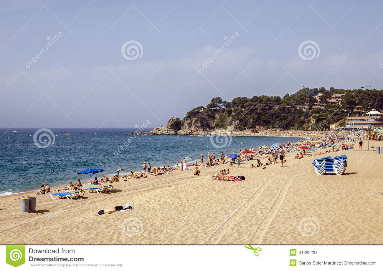 Lloret De Mar Spain  city photo : LLORET DE MAR, SPAIN JUNE 08, 2014: A crowd of vacationers enjoy the ...