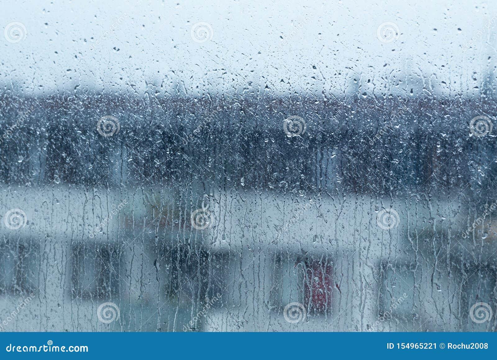 Lluvia que cae fuera de la ventana, tiempo lluvioso