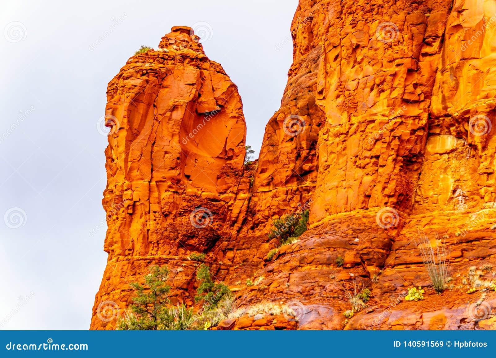 Lluvia que vierte abajo en las formaciones geológicas de las motas de la piedra arenisca roja que rodean la capilla de la cruz sa