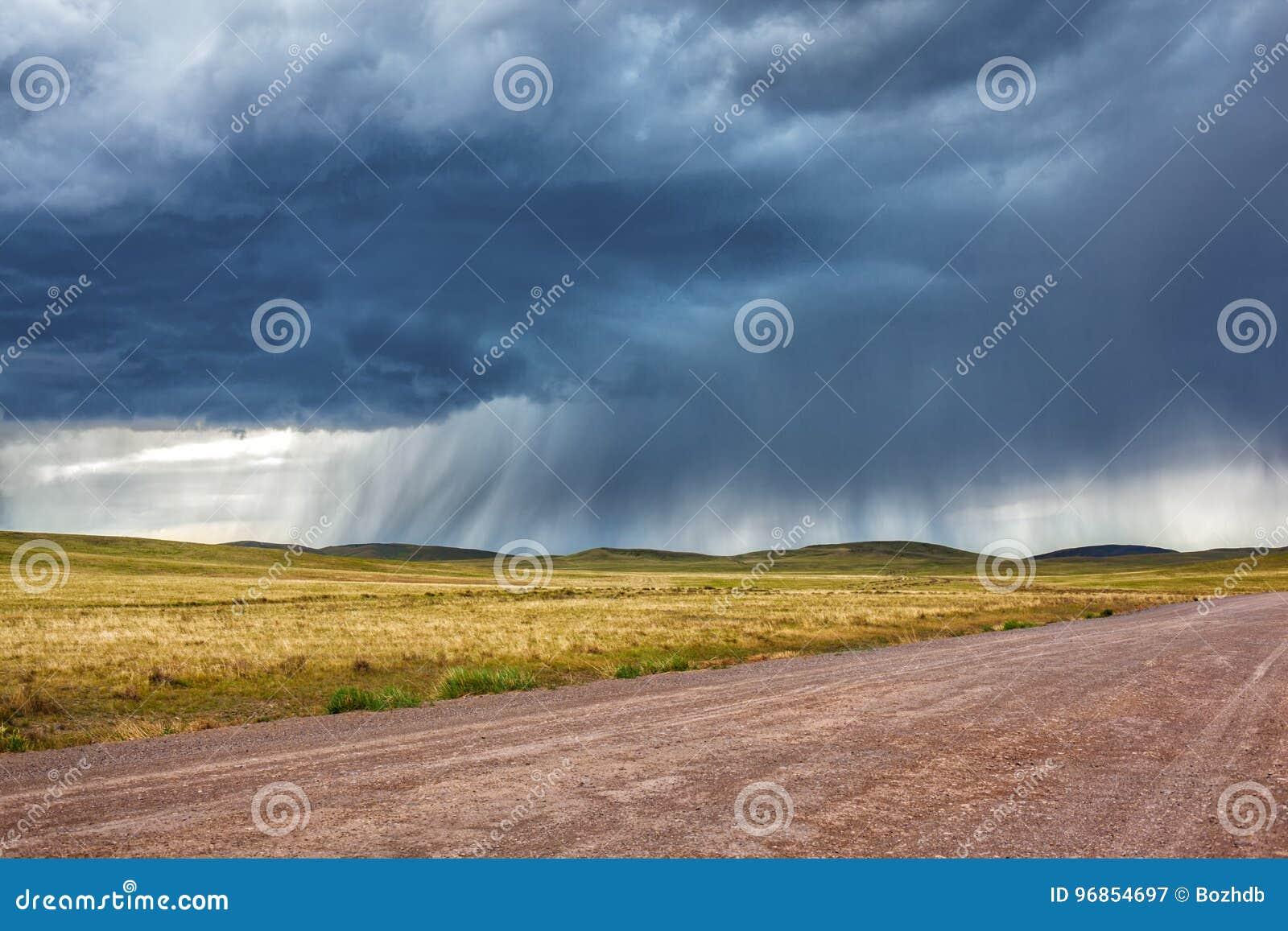 Lluvia sobre el camino en la estepa de Kazajistán
